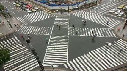 belebte Straßenkreuzung im Zeitraffer