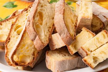 Pane casereccio affettato nel piatto