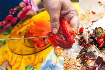 Pulitura  dei peperoni grigliati