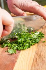 Preparazione trito di prezzemolo e aglio