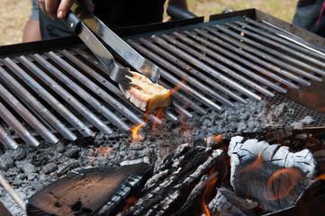 Fetta di pane sul barbecue per la bruschetta