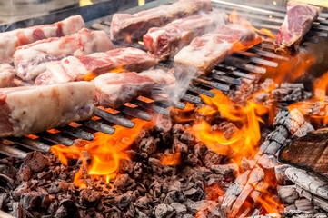 Costine di maiale sul barbecue