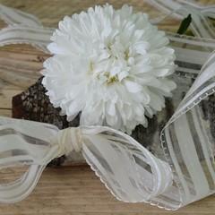 Blumengruß mit Bändern