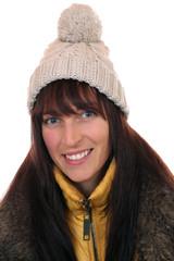 Portrait einer lachenden Frau im Winter mit Mütze