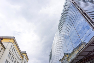 Altbau- und moderne Fassade 05629