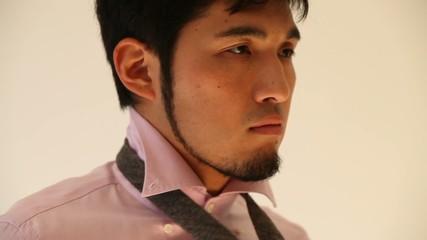 ネクタイを締める男性2