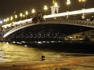 Puente de Alejandro III en Paris iluminado