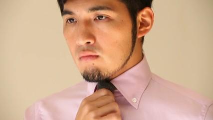 ネクタイを締める男性3