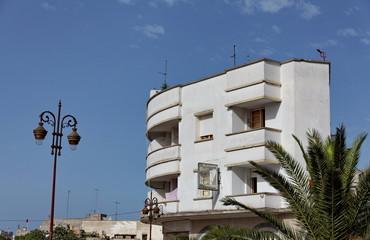 Immeuble blanc, ciel bleu, Maroc