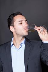 Sommelier probiert Weißwein