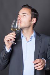 Sommelier probiert ein Glas Weißwein