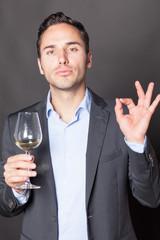 Mann empfiehlt Wein