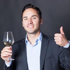 Sommelier empfiehlt ein Glas Weißwein