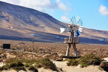 molino de viento en un paramo desertico