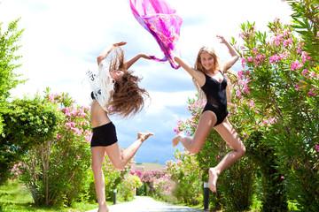 две девушки  в прыжке с платком в руках