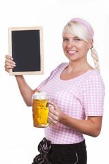 Hübsche Frau mit Tafel und Masskrug in Lederhose