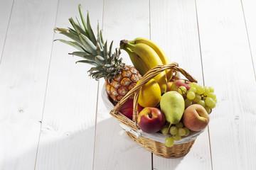 Obstkorb auf weissem Hintergrund
