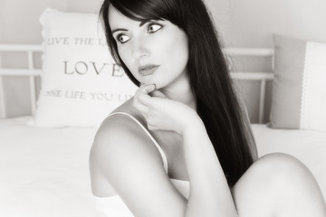 wunderschöne Frau im Bett