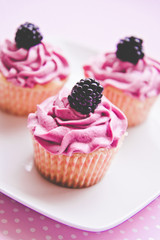 Brombeer-Cupcake