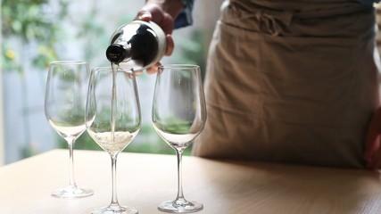 グラスにワインを注ぐ1