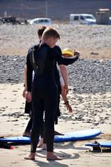 joven practicando surf