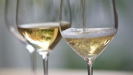 グラスにワインを注ぐ3