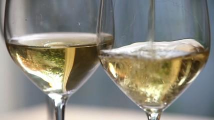 グラスにワインを注ぐ4