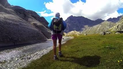 escursione sulla riva di un torrente di alta montagna