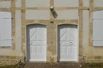 Façade avec 2 portes d'entrée de 1752 (18ème siècle)
