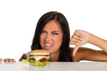 Frau mit einem Hamburger