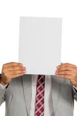 Manager hält leeres Blatt vor Gesicht