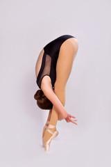 Гибкая балерина на сером фоне