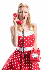 Blonde Frau schreit in den Telefonhörer