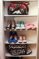 Обувь и сумки на полке в шкаыу