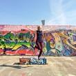 Mädchen springt vor Graffiti