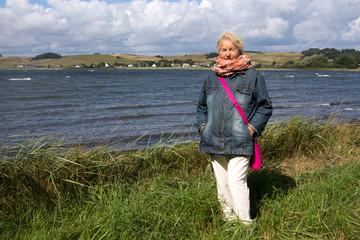 Seniorin im Urlaub auf der Insel Rügen
