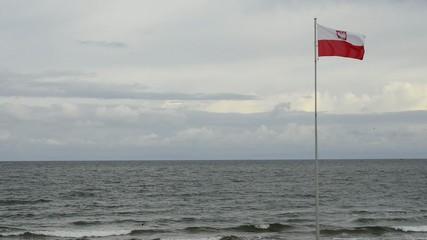 Ostsee mit polnischer Fahne im Wind