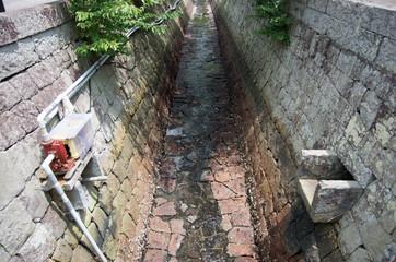 三角西港の中の水路