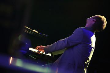 pianista di schiena