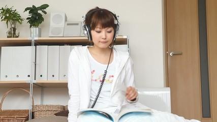 音楽を聴きながら本を読む女の子2