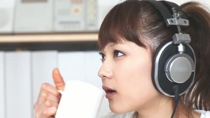 お茶を飲みながら音楽を聴く女の子2