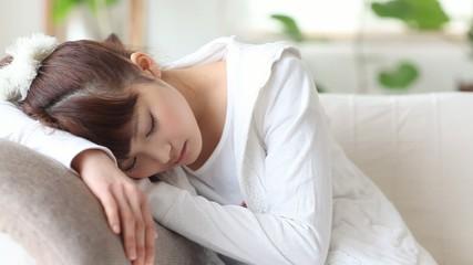 ソファーで眠る女の子2