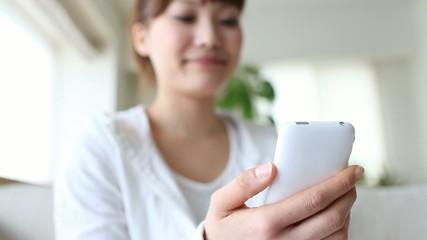 スマートフォンを使う手元フォーカス