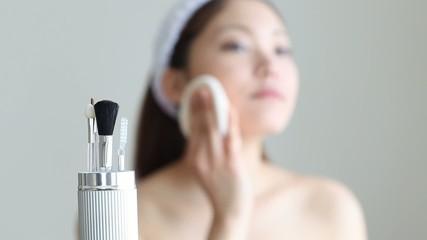 化粧道具と女の子1