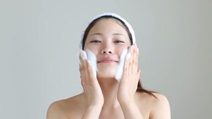 泡洗顔する女の子1