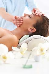 Relaks w spa  -  kobieta na masażu twarzy