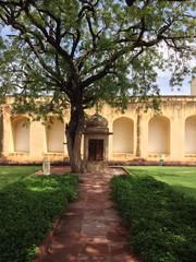 Kapelle unter Baum