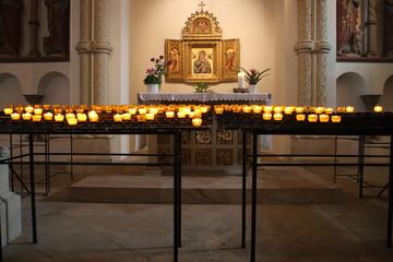 Ein kleiner Altar mit Opferkerzen