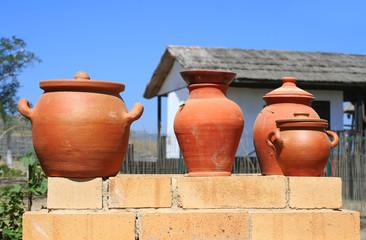 Глиняные горшки.
