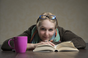 Mädchen liegt auf dem Boden und liest ein Buch